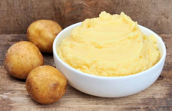 trị-da-dầu-với-khoai-tây-nghiền
